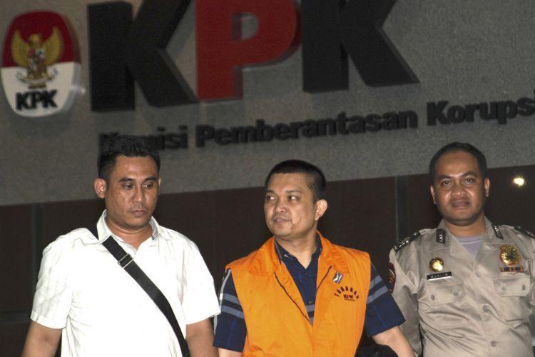 Anggota DPR Komisi XI dari Fraksi Partai Golkar Aditya Moha (tengah) berjalan keluar menggunakan rompi tahanan usai diperiksa di gedung KPK, Jakarta, Minggu (8/10) dini hari. KPK melakukan penahanan usai operasi tangkap tangan    (OTT) terhadap Ketua Pengadilan Tinggi Manado Sudiwardono dan Anggota DPR Komisi XI dari Fraksi Partai Golkar Aditya Moha atas kasus dugaan suap hakim untuk mengamankan putusan banding Marlina Moha yang merupakan ibu dari Aditya Moha. ANTARA FOTO/Rosa Panggabean/wsj/17.