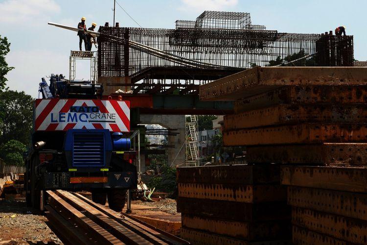 Pekerja menyelesaikan proyek Light Rail Transit (LRT) Kelapa Gading-Velodrome Rawamangun di kawasan Pegangsaan Dua, Kelapa Gading, Jakarta Utara, Rabu (26/7). Proyek tersebut ditargetkan selesai Juni 2018 guna mendukung perhelatan Asian Games 2018 yang berlangsung pada Agustus 2018. ANTARA/Refina Arvitiane/aww/17.