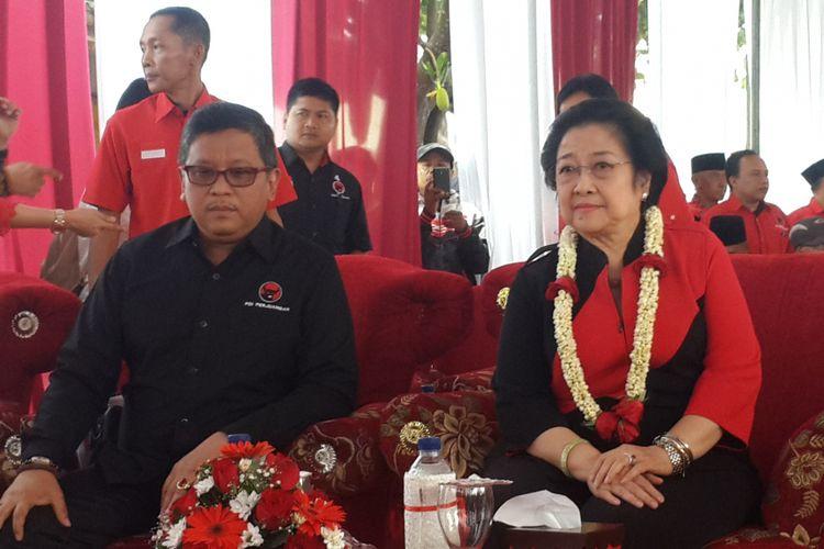 Ketua Umum PDI Perjuangan Megawati Soekarnoputri didampingi Sekretaris Jenderal DPP PDI Perjuangan Hasto Kristiyanto saat menghadiri peresmian Kantor DPC PDI Perjuangan Kabupaten Malang, Minggu (10/9/2017).