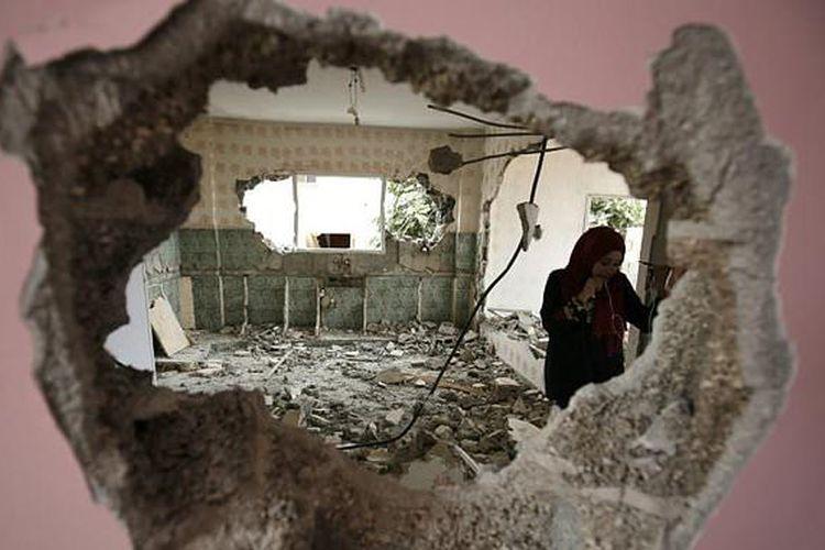 Tentara Israel menghancurkan rumah keluarga Omar al-Abed Palestina di Desa Kobar pada 16 Agustus, setelah pemuda itu menikam tiga warga permukiman Yahudi Halamish.