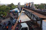 Rel Bengkok Ditab   rak Truk, Jadwal KA di Stasiun Malang Terganggu