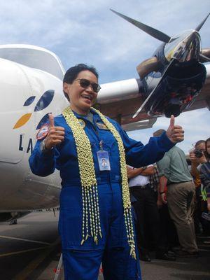 Captain Esther Gayatri Saleh berpose di samping pesawat N219 di Hanggar PT Dirgantara Indonesia (PTDI), usai melakukan Uji Terbang Perdana di Landasan Pacu Bandara Husein Sastranegara, Bandung, Jawa Barat, Rabu (16/8/2017). Purwarupa pesawat pertama N219 hasil karya anak bangsa ini terbang perdana setelah mendapatkan Certificate of Airworthiness dari Direktorat Kelaikudaraan dan Pengoperasian Pesawat Udara (DKUPPU) Kementerian Perhubungan. N219 merupakan pesawat penumpang kapasitas 19 penumpang, berteknologi Avionik, untuk dioperasikan memenuhi kebutuhan masyarakat di wilayah terpencil.