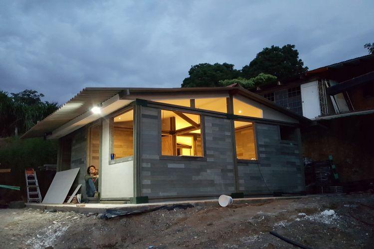 Ongkos konstruksi rumah plastik ini hanya Rp 90 juta.