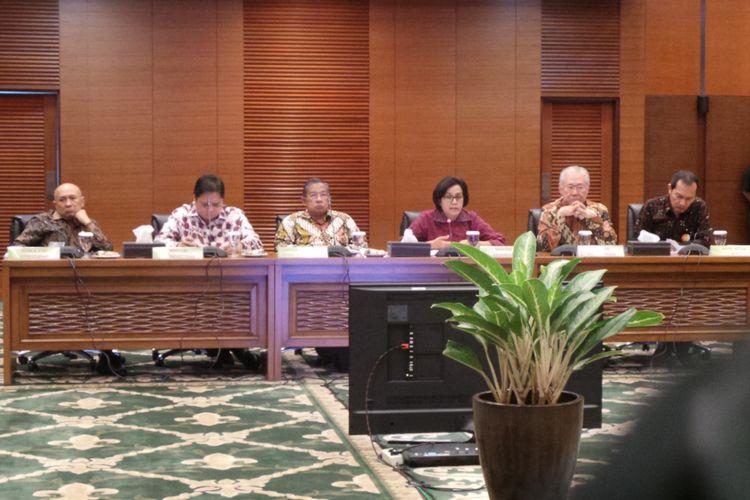 Konferensi pers percepatan izin ekspor impor di Kantor Kemenkeu, Jakarta Pusat, Selasa (2/8/2017). Dalam foto tersebut (dari kiri ke kanan) ada Kepala Kantor Staf Kepresidenan Teten Masduki, Menteri Perindustrian Airlangga Hartanto, Menko Perekonomian Darmin Nasution, Menteri Keuangan Sri Mulyani, Menteri Perdagangan Enggartiasto Lukita, dan Wakil Ketua Komisi Pemberantasan Korupsi (KPK) Saut Situmorang.