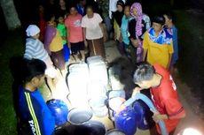 Kekeringan, Warga Rela Tunggu Bantuan Air Bersih Hingga Larut Malam