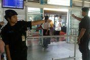 Saat Petugas Halte Transjakarta Tetap Layani Warga di Hari Lebaran