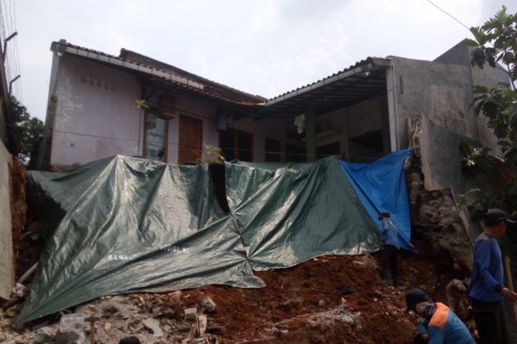 Kondisi sebuah rumah yang halaman belakangnya longsor di RW 22, Kelurahan Abadijaya, Sukmajaya, Depok pada Rabu (4/10/2017). Longsor terjadi pasca hujan deras yang mengguyur Depok pada Minggu (2/10/2017) lalu.