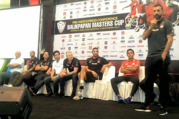 Robert Pires serta lima veteran sepak bola yang lain tiba lebih awal. Mereka langsung disambut ratusan fans di Balikpapan.