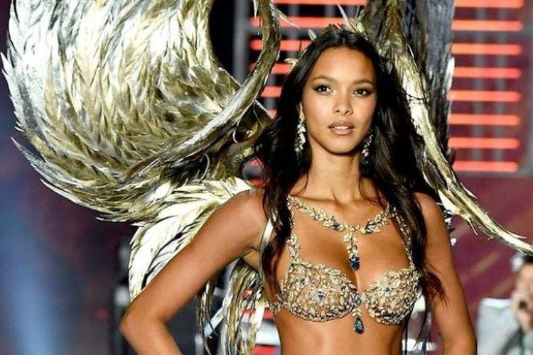 Model Lais Ribero membawakan Fantasy Bra dalam Victoria Secret fashion show 2017 di Shanghai, China.