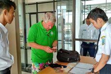 Petugas Bandara Letung Kembalikan Perhiasan Wisatawan Senilai Rp 180 Juta