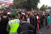 Orang Berjubel Antre Sembako Gratis dari Presiden Jokowi di Solo