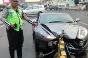 Sopir Diduga Mengantuk, Mobil Aston Martin Tabrak Sparator 'Busway'