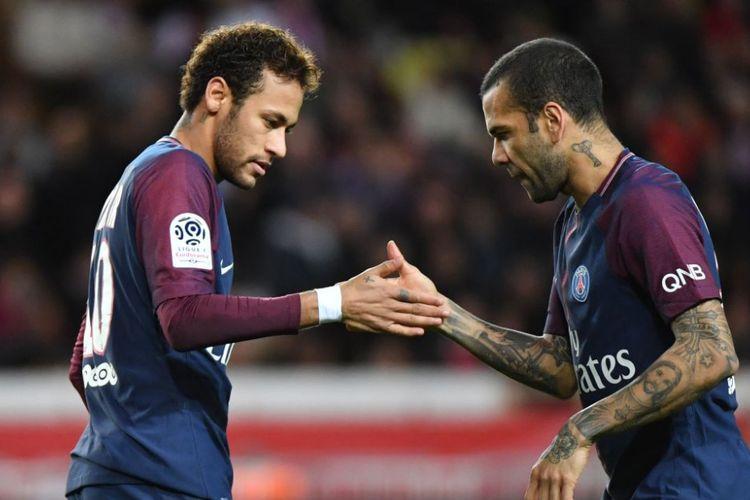 Gaya selebrasi Neymar dan Dani Alves seusai mencetak gol pada pertandingan antara AS Monaco dan PSG di Stade Louis II, Minggu (26/11/2017).