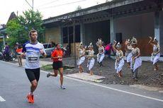 Menari di Pinggir Jalan, Menyemangati Peserta Borobudur Marathon 2017