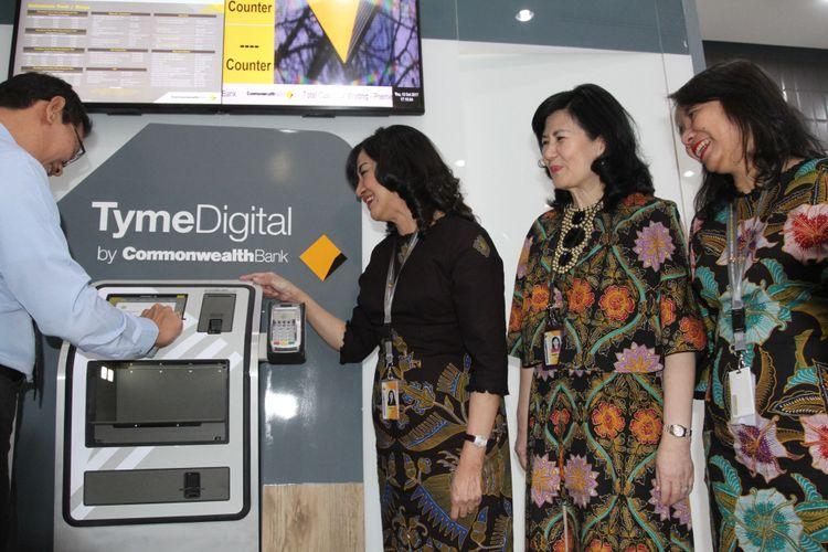 Presiden Direktur Bank Commonwealth Lauren Sulistiawati, Direktur Retail Banking Bank Commonwealth Rustini Dewi, Direktur SME Banking Bank Commonwealth Ida Apulia Simatupang dalam peresmian Digital Branch Bank Commonwealth, sebuah pengalaman perbankan digital menyeluruh yang praktis dan nyaman di Jakarta (12/10).