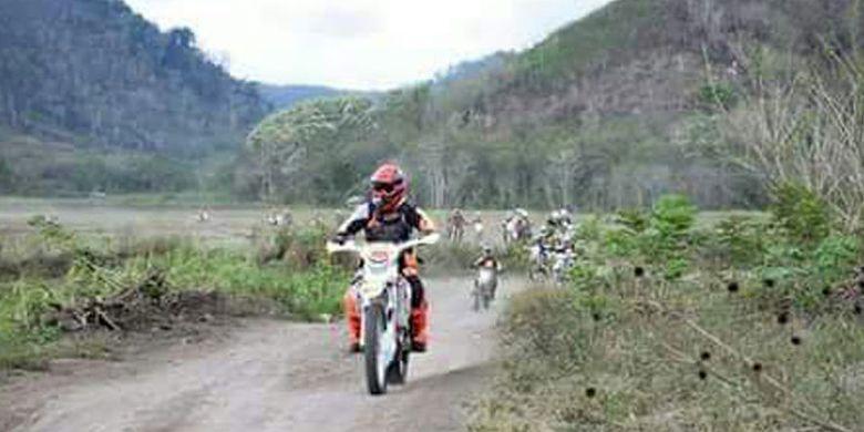 Bupati Ngada, Nusa Tenggara Timur, Marianus Sae bersama dengan Bajawa Trail Community menjelajahi alam Ngada dan kawasan Manggarai Raya di bagian utara sejak Jumat (29/9/2017) hingga Minggu (1/10/2017). Bupati Ngada mengajak komunitas itu untuk menjelajahi Pulau Flores dari sudut ke sudut.