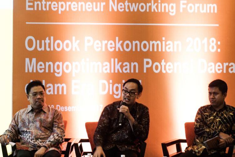 (Dari kiri ke kanan) Sonny Christian Joseph ( Head of Business Banking Management BTPN), Bhima Yudistira (Ekonom INDEF), dan Hery Trianto (Pemimpin Redaksi Bisnis Indonesia) dalam Entrepreneur Networking Forum, di Lampung, Rabu (13/12/2017).