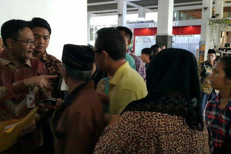 Gubernur DKI Jakarta Djarot Saiful Hidayat melayani warga seusai menegur seorang relawan bernama Rismauli Tambunan (memakai kemeja kotak-kotak) di Balai Kota DKI Jakarta, Jalan Medan Merdeka Selatan, Jumat (14/7/2017).