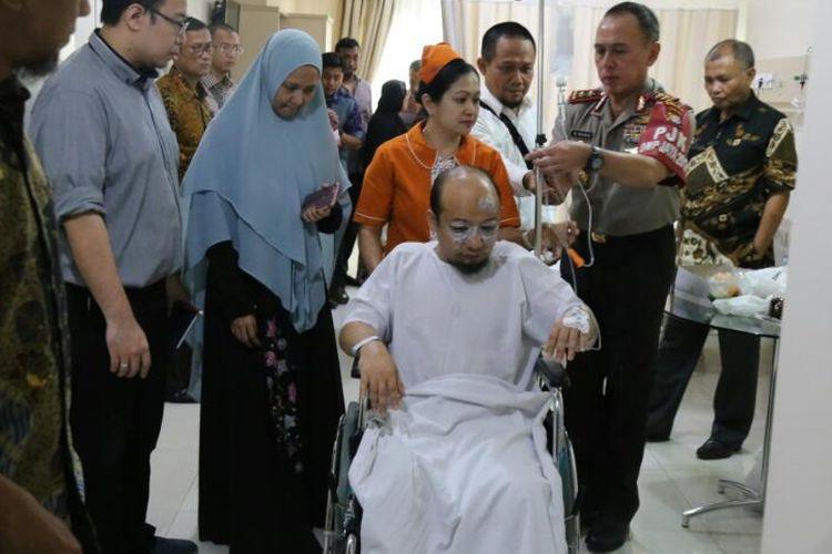 Kapolda Metro Jaya Irjen Mochammad Iriawan saat menjenguk penyidik KPK Novel Baswedan di Rumah Sakit Mitra, Kelapa Gading, Jakarta Utara, Srlasa (11/4/2017).
