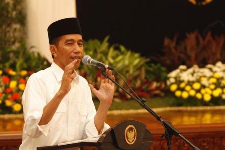 Presiden Joko Widodo menjawab sejumlah pertanyaan wartawan istana kepresidenan dalam acara berbuka bersama di Istana Negara, Jakarta, Senin (6/7/2015). Acara ini juga dihadiri oleh sejumlah menteri Kabinet Kerja dan diisi dengan shalat berjamaah dengan wartawan.
