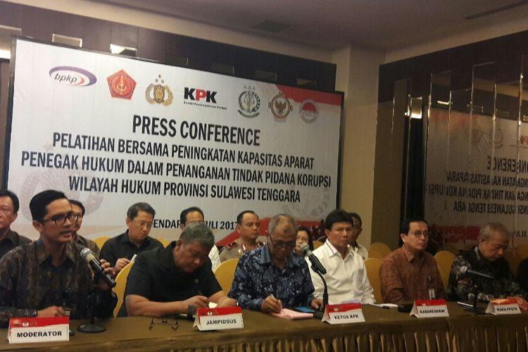 Ketua KPK RI Agus Raharjo bersama Kabareskrim Polri Komjen Ari Dono dan pejabat negara lainnya dalam konfrensi pers di Kendari. (KOMPAS.COM/KIKI ANDI PATI)
