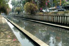 Sampah dan Air yang Hitam di Kali Cideng