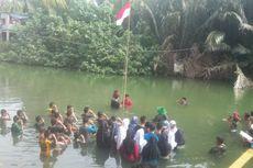 Warga Kampung di Makassar Upacara HUT RI di Sungai
