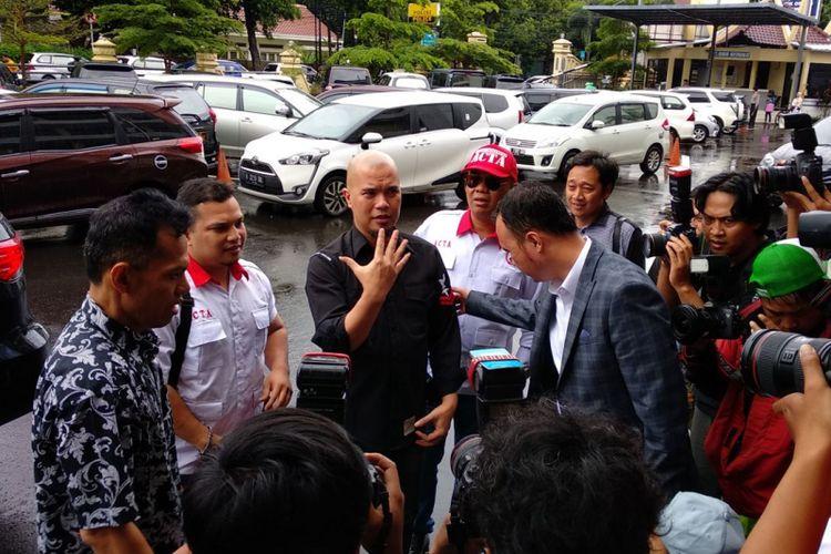 Ahmad Dhani tiba di polres Jakarta Selatan, Kamis (30/11/2017). Dhani datang memenuhi undangan kepolisian untuk penyidikan dirinya yang berstatus tersangka ujaran kebencian