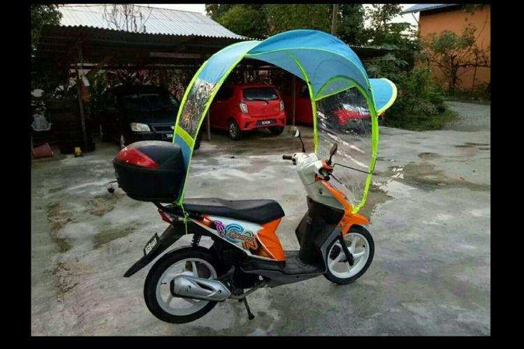 Payung khusus sepeda motor yang kini tengah dipasarkan di Malaysia.