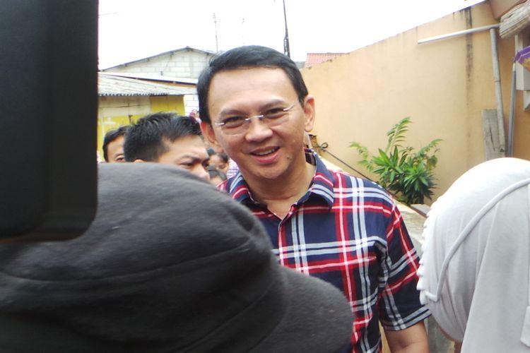 Calon gubernur DKI Jakarta Basuki Tjahaja Purnama atau Ahok blusukan di kawasan Ulujami, Pesanggrahan, Jakarta Selatan, Kamis (26/1/2017).