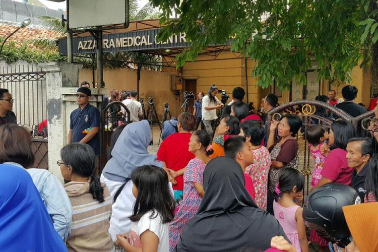 Warga melihat prarekonstruksi penembakan terhadap dokter Lety oleh suaminya sendiri dokter Ryan Helmi di klinik Az-Zahra, Cawang, Jakarta Timur.