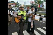 Viral, Foto Polisi Ikut 'Ngamen' di Lampu Merah untuk Pengungsi Gunung Agung