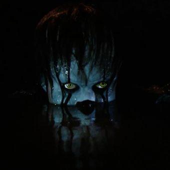 Badut Pennywise dalam salah satu adegan di film It. Film ini sendiri akan tayang pada akhir 2017.
