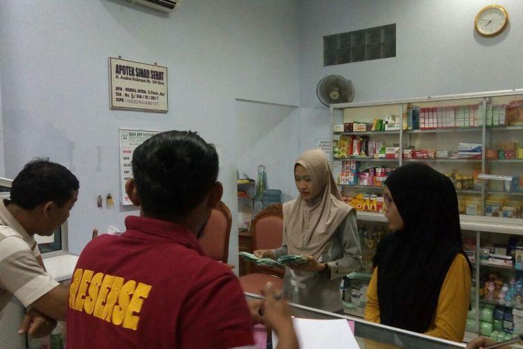 Untuk mengantisipasi peredaran obat keras Paracetamol Caffein Carisoprodol (PCC), Petugas gabungan dari Satuan Reserse Narkoba Polres Blora dan Dinas Kesehatan Blora, merazia sejumlah apotek di pusat perkotaan Kabupaten Blora, Jawa Tengah, Minggu (17/9/2017).