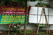 Petugas Keamanan RSCM Singkirkan Karangan Bunga untuk Novanto