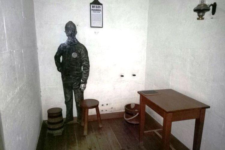 Beginilah kondisi di dalam sel yang berada di Separate Prison. Narapidana harus selalu mengenakan penutup wajah 23 jam sehari selama masa tahanannya. Di dalam sel hanya disediakan sebuah bangku, meja, dan dua buah ember. Satu ember digunakan untuk menampung kotoran dan ember lainnya berisi air minum.