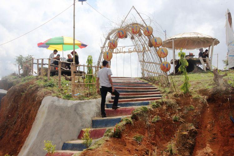 Warga menaiki tangga di destinasi wisata Rindu Alam, kawasan Gunung Salak, Aceh Utara.