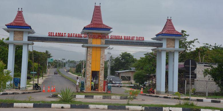 Ucapan Selamat Datang di Sumba Barat Daya di pintu gerbang Kabupaten Sumba Barat Daya, Nusa Tenggara Timur. Ini merupakan pintu masuk dalam menjelajahi Pulau Sumba dari Barat ke Timur, Kamis (24/3/2017).