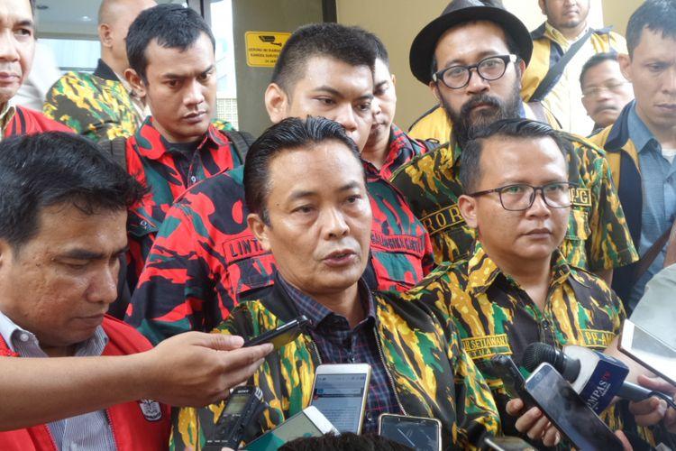 Angkatan Muda Partai Golkar dan sayap kepemudaan Partai Golkar lainnya meminta Polri melanjutkan proses hukum atas laporan terhadap dua pimpinan KPK di Mabes Polri, Jakarta, Senin (13/11/2017).