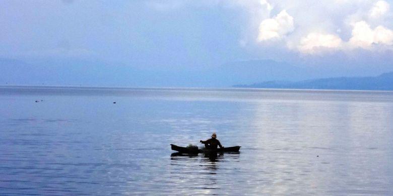 Nelayan tradisional di Danau Toba yang terus mengeluh hasil tangkapannya terus menurun, Senin (3/4/2017)