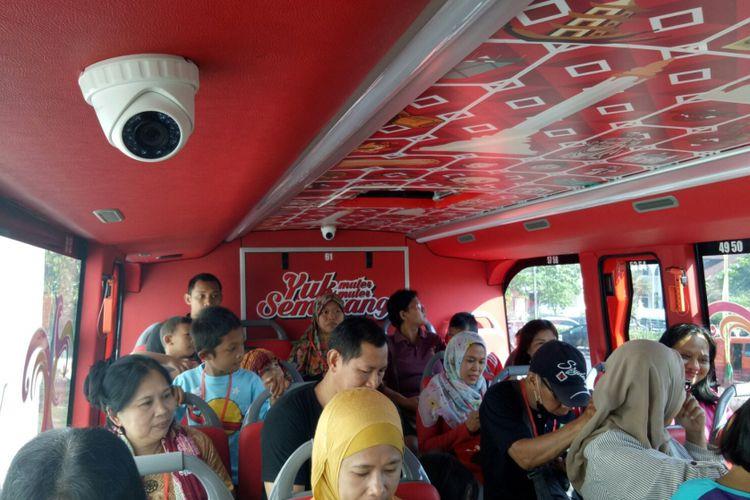 Dalam bus tingkat wisata Semarang, dipasang enam CCTV untuk menjamin keamanan dan kenyamanan wisatawannya. Monitor pun selalu dipantau kru perjalanan dan asisten sopir bus tersebut, Jumat (6/9/2017). Bus double decker wisata Semarang beroperasi setiap hari Selasa-Minggu, dari Museum Mandala Bhakti.