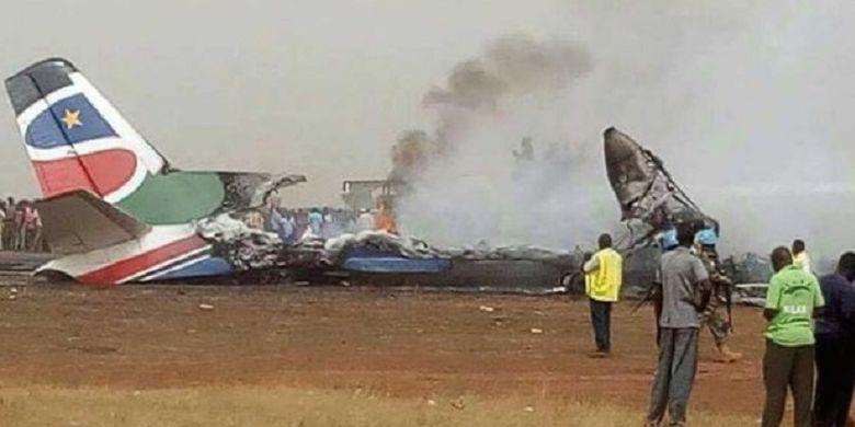 Pesawat yang membawa 45 orang, termasuk lima awak kabin, mengalami kecelakaan saat pendaratan di landasan pacu Bandara Wau, Sudan Selatan, Senin (20/3/2017).
