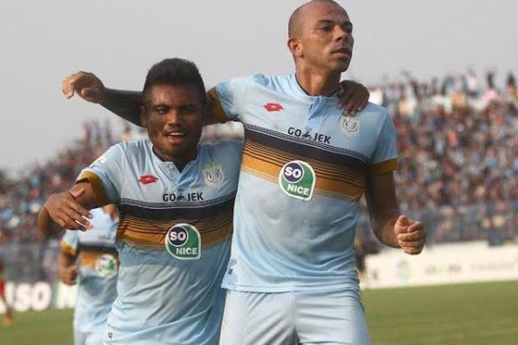 Duo pemain Persela, Sadil Ramdani dan Ivan Carlos (kanan) merayakan gol timnya ke gawang Arema FC pada laga pekan ketujuh Liga 1 musim 2017 di Stadion Surajaya, Lamongan, Minggu (21/5/2017).