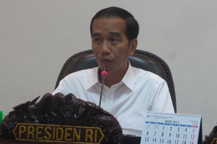 Presiden Joko Widodo saat memimpin rapat terbatas membahas proyek LRT Jakarta dan Palembang di Kantor Presiden, Senin (6/2/2017).