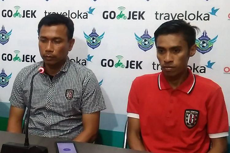 Pelatih Bali United Widodo Cahyono Putro (kiri) dan Fadil Sausu selepas pertandingan lawan Persegres Gresik United.