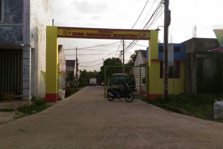Gerbang depan Perumahan Bumi Anugerah Sejahtera di Desa Rajeg, Kabupaten Tangerang, Kamis (7/12/2017).