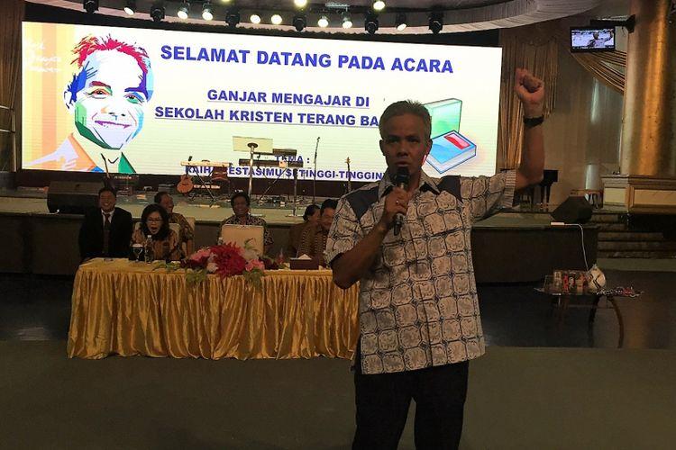 Gubernur Jawa Tengah Ganjar Pranowo berdialog dengan para pelajar Sekolah Kristen Terang Bangsa di Semarang dalam acara Gubernur Mengajar, Jumat (6/10/2017)