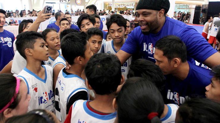 Legenda NBA Sam Perkins Latih Anak Indonesia