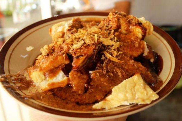 Berbeda dengan kupat tahu bandung, saus kacang hidangan kupat tahu khas Kuningan ini lebih kental dan kasar kacangnya.