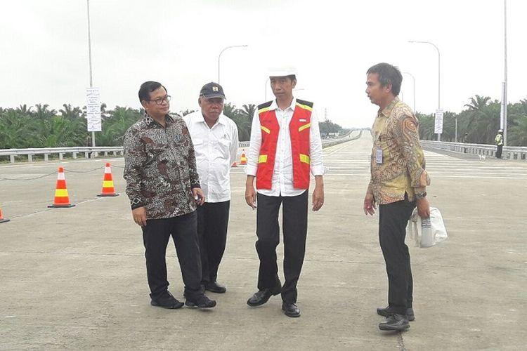 Presiden Joko Widodo (kedua dari kanan) didampingi Sekretaris Kabinet Pramono Anung (paling kiri) dan Menteri PUPR Basuki Hadimuljono (kedua dari kiri), saat meresmikan Tol Medan-Kualanamu-Tebing Tinggi ruas Kualanamu-Sei Rampah, Jumat (13/10/2017).
